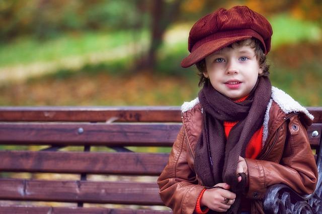 chlapec na lavičce