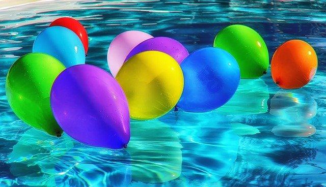 balonky v bazénu
