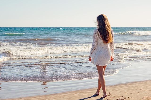 mládá žena u moře