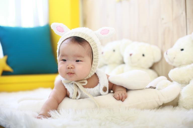dítě v čepici
