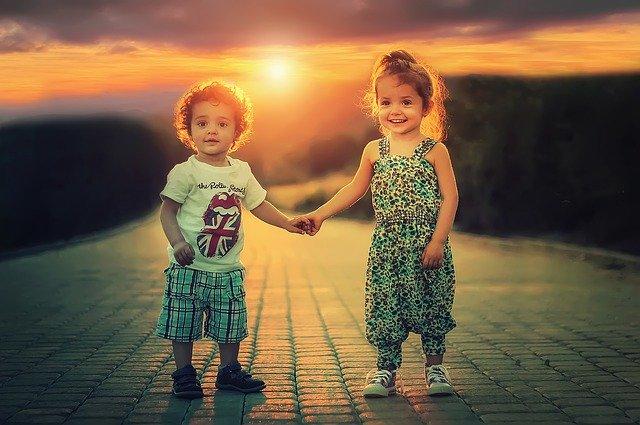 bratr a sestra při západu slunce