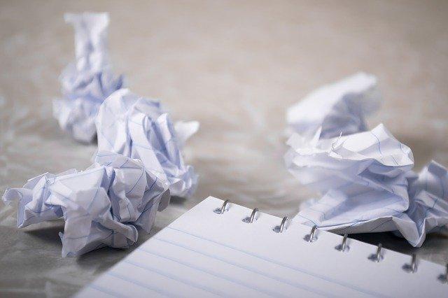 zmačkané kusy papíru