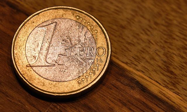 1 euro, mince na stole