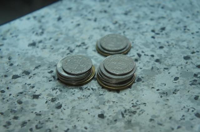 asijské peníze, stříbrné mince, mramor